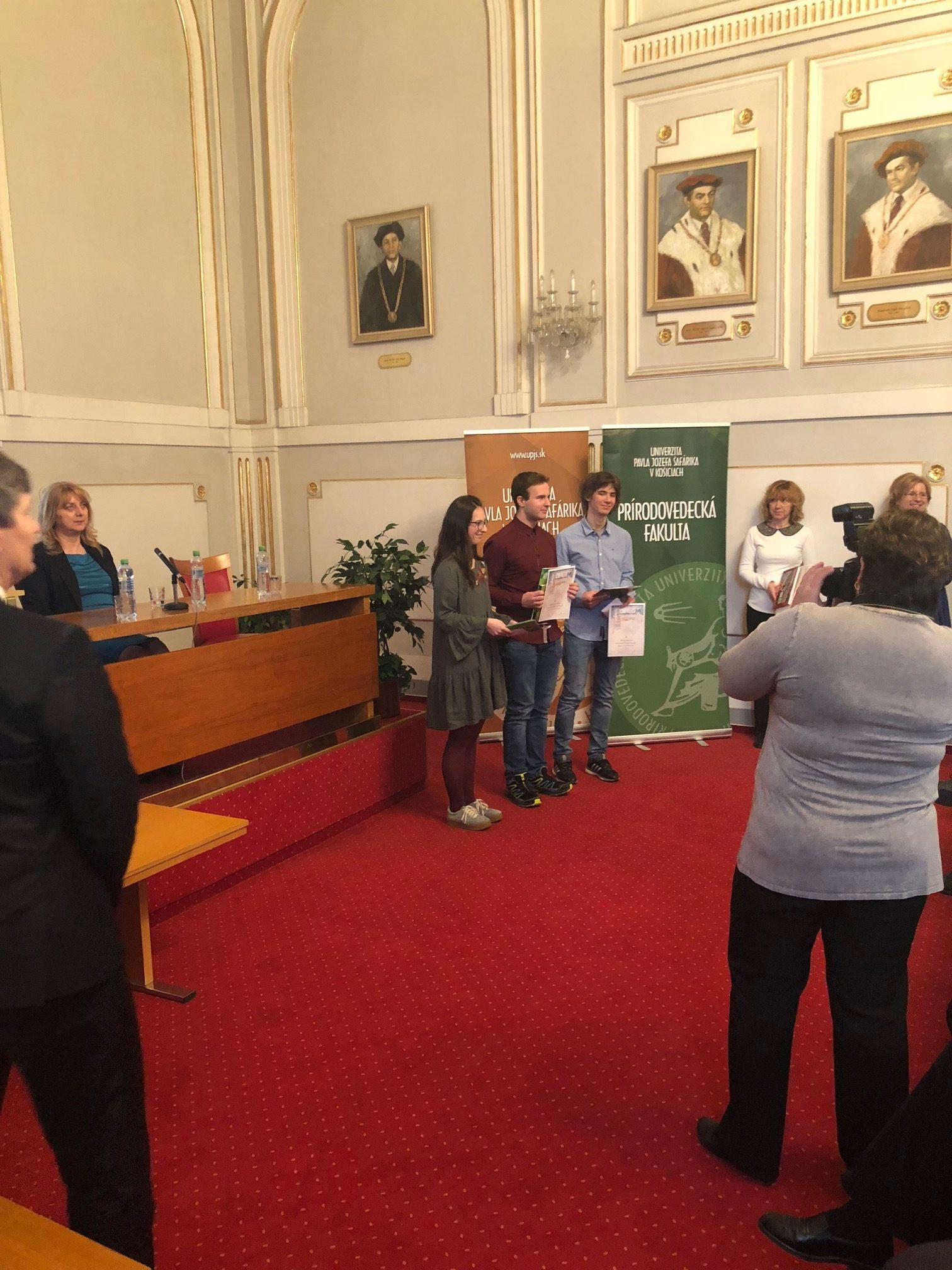 Nielen v anglickom jazyku sa nám darí. Naši študenti Baška Farkašová a Majo Reiter sa umiestnili na 2. a 3. mieste krajského kola biologickej olympiády.